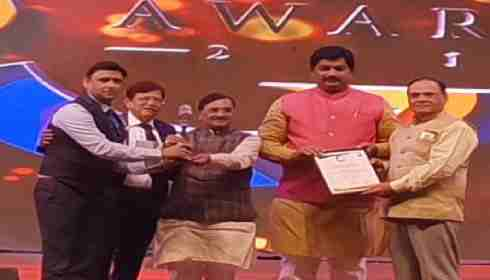 Officials of Shalby Hospitals receiving Best Medical Tourism award in Ahmedabad