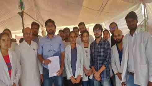 Dr Harjit Singh Bhatti with protesting MBBS students